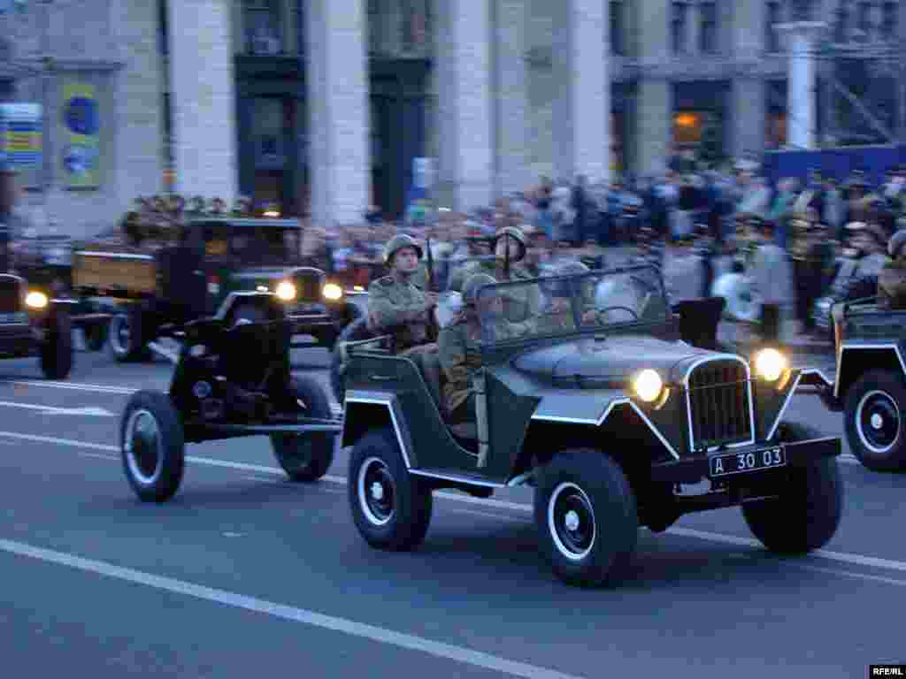 На параді представлять й інші зразки радянської військової техніки зразка 1945 року.