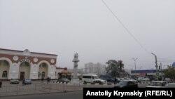Железнодорожный вокзал Евпатории в тумане 18 октября 2019 года