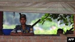 Policajac ispred Ambasade SAD u Daki, Banglade, avgust 2013.