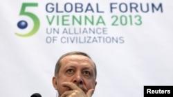 Foto gjatë pjesëmarrjes së kryeministrit turk Rexhep Tajip Erdogan në Konferencën e Vienës
