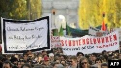 Під час студентських протестів у місті Мюнхені. Студенти тримають плакат із надписом: «Плата за коледж. Виживання багатих?». 17 листопада 2009 р.