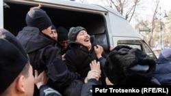 Казахстан. Полицейские пытаются посадить мужчину в автозак во время митингов. Алматы, 22 февраля 2020 года.