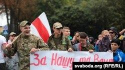 Ян Мельников – крайній зліва (з білоруським стягом), Львів, вересень 2015 року