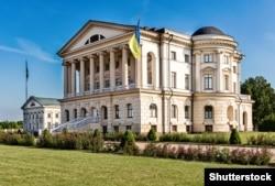 Відреставрований за часи незалежності України палац гетьмана Кирила Розумовського в Батурині, який з перервою був гетьманською столицею в 17-му та 18-му століттях