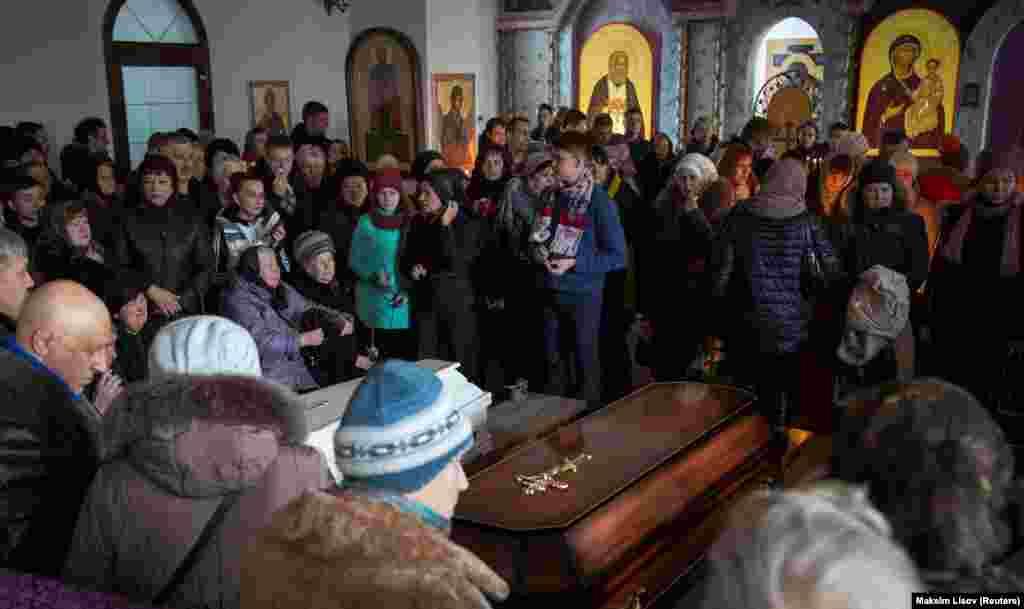 Накануне спасатели завершили поисковую операцию на месте пожара. В сгоревшем здании нашли останки 64 погибших,сообщилзаместитель главы МЧС Владлен Аксенов.