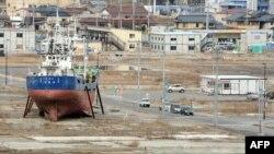 Рыболовное судно Kyotoku Maru до сих пор стоит на территории города Кесеннума, разрушенного при цунами 11 марта 2011 г.