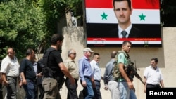 Syria -- Ake Sellstrom (C, wearing cap), the head of a UN chemical weapons investigation team, arrives at Yousef al-Azma military hospital in Damascus, August 30, 2013