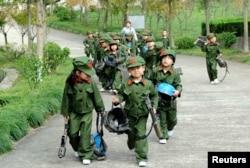 Китайские дети на уроке в парке истории Народно-освободительной армии КНР в провинции Чжэцзян