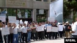 Studentët protestojnë ndaj barsoletës së Khatamit...