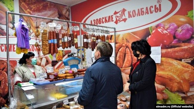 Глава администрации Симферополя Елена Проценко с главой крымского правительства Юрием Гоцанюком мониторят цены в магазинах города, 1 апреля 2020 года