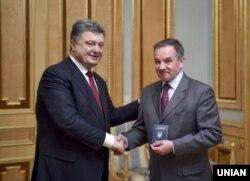 Президент України Петро Порошенко (ліворуч) вручає паспорт громадянина України Мішелю Терещенку. Київ, березень 2015 року