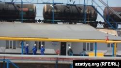 Битумный завод в Толебийском районе Южно-Казахстанской области. 17 апреля 2014 года.