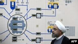 Ирандын президенти Хасан Роухани Бушер атомдук станциясына кирүү схемасынын жанында.