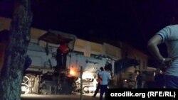 Ночью дороги рядом с мечетью в Самарканде решили заасфальтировать.