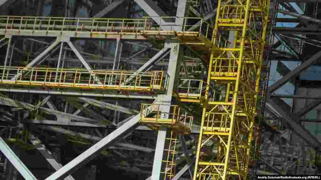 Крупний план однієї з конструкцій «піонерної» стіни з попереднього фото, ілюструє масштаб і розмір всієї споруди. (У 1986 році «піонерна» стіна використовувалася як майданчик під монтажний кран Demag, що виконував монтаж південних металоконструкцій початкового об'єкту «Укриття»)