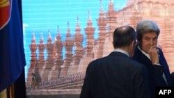 ABŞ-nyň döwlet sekretary Jon Kerri (s) we Orsýetiň daşary işler ministri Sergeý Lawrow (ç), Laos