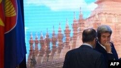 Джон Керри и Сергей Лавров перед групповым снимком глав МИД АСЕАН во Вьентьяне