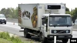 Грузовик, в котором были найдены тела 71 мигранта