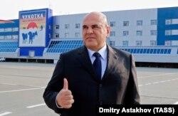 Perdana Menteri Mikhail Mishustin memberikan acungan jempol saat upacara penyambutan di bandara kota Petropavlovsk-Kamchatsky pada bulan Agustus, tetapi tidak memiliki jawaban tentang ke mana dana untuk rumah sakit baru itu pergi.