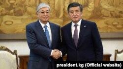 Президент Казахстана Касым-Жомарт Токаев (слева) с президентом Кыргызстана Сооронбаем Жээнбековым. Бишкек. 13 июня 2019 года.