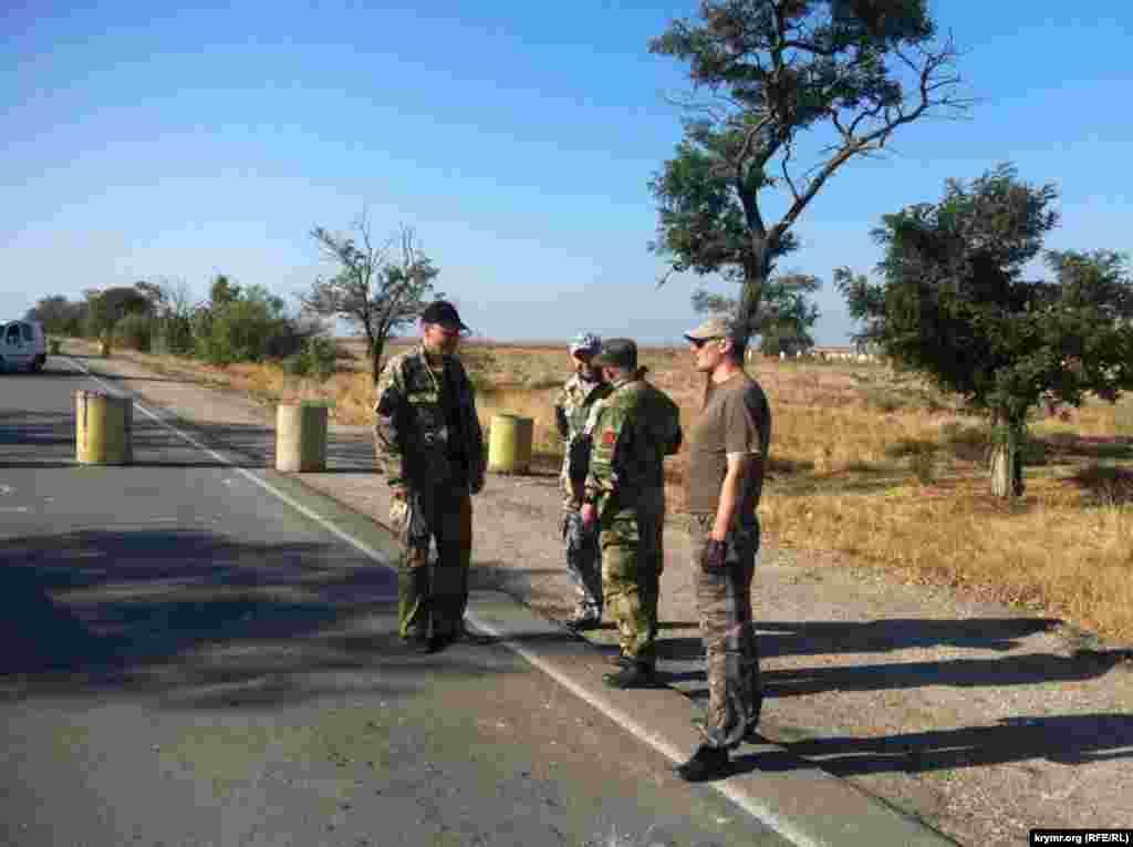 Участники акции поставили на дороге неподалеку от административной границы с Крымом бетонные блоки, тем самым установив блокпост.