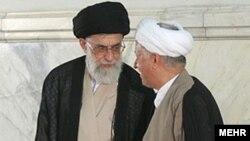 اکبر هاشمی رفسنجانی (راست) همراه با آیت الله علی خامنه ای، رهبر جمهوری اسلامی