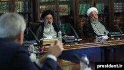 حسن روحانی (راست) و ابراهیم رئیسی در جلسه «شورای عالی هماهنگی اقتصادی» در ۵ مرداد ۹۸