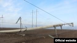 Поврежденная электрическая опора в Херсонской области