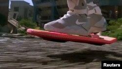 """Верхом на ховерборде. Кадр из фильма """"Назад в будущее-2"""""""