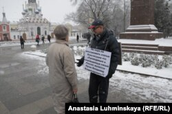 Виктор Куралесин на пикете в центре Саратова