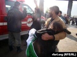Preživjeli spasavaju ranjene nakon terorističkog napada