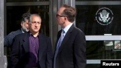 احمد شیخ زاده (چپ) به همراه وکیلش در دادگاه فدرال بروکلین