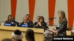 """Постоянный представитель США при ООН Саманта Пауэр выступает на мероприятии в Нью-Йорке: """"Сребреница: вспоминая и воздавая почести жертвам геноцида"""", 1 июля 2015 года"""