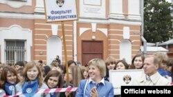 Декан факультета журналистики СПбГУ Марина Шишкина со своими студентами