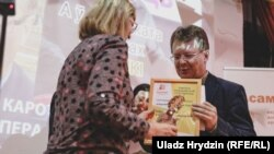 Valancin Viacorka, a journalist for RFE/RL's Belarus Service, received his award from the Assembly of NGO's in Belarus January 10 at a ceremony in Minsk.