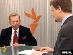 هافل متحدثاً لإذاعة أوروبا الحرة 2009