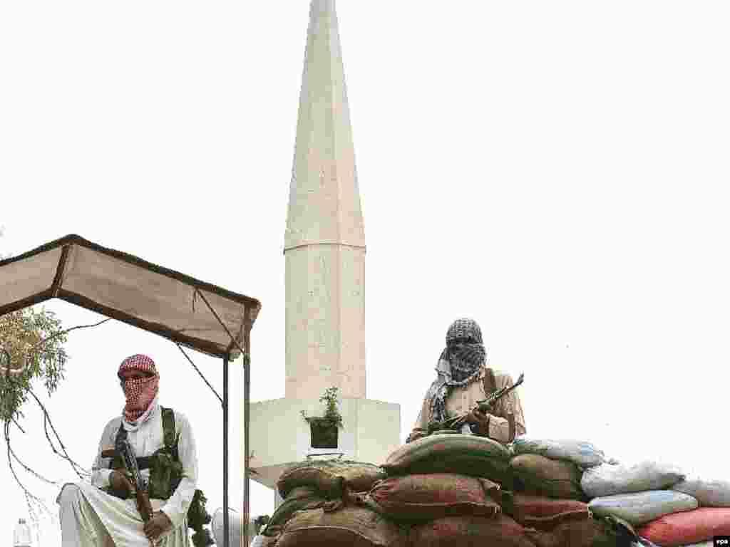 Pakistan -- Pakistani religious students guard their Red Mosque or Lal Masjid in center Islamabad, 03Jul2007 - 3 липня, 2007, Ісламабад: пакистанські студенти охороняють Червону мечеть. Після п'ятимісячного протистояння правоохоронні органи штурмували мечеть.