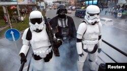 Un candidat al Partidului Internet (centru) costumat în Darth Vader din Star Wars, în campania electorală pentru alegerile parlamentare din Ucraina, Kiev, 26 octombrie.