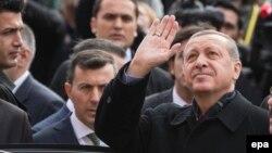 Төркия президенты Рәҗәп Тайип Эрдоган тавыш биргәннән соң тарафдарларын сәламли