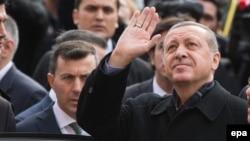 Түркия президенті Режеп Тайып Ердоған сайлауда дауыс бергеннен кейін жақтастарына қол бұлғап тұр. Стамбул, 1 қараша 2015 жыл.