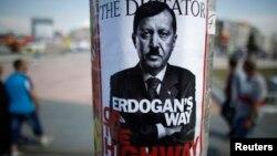 ملصق يشبّه إردوغان بهتلر