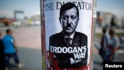 Шерушілердің түрік премьері Ердоғанды келекелеген плакаты. Стамбул, 5 маусым 2013 жыл.