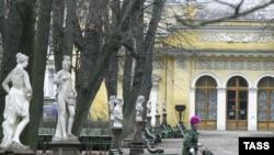 Летний сад, как произведение искусства, стал обрамлением для картин на выставке