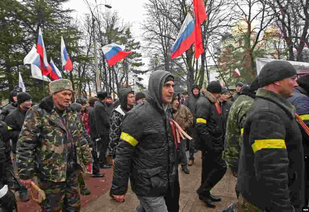 Группа пророссийских активистов возле здания Верховной Рады Крыма. 27 февраля 2014