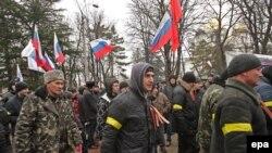 Проросійські мітингувальники біля будівлі кримського парламенту в Сімферополі, 27 лютого 2014 року