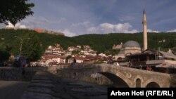 Pamje e një pjese të qytetit, si dhe e Kalasë së Prizrenit, një nga destinacionet turistike të Kosovës.