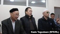 Фигуранты дела «джихадистов» (слева направо) Кенжебек Абишев, Алмат Жумагулов и Оралбек Омыров. Алматы, 4 октября 2018 года.