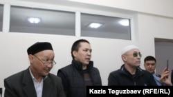 Подсудимые по делу «джихадистов» (слева направо) Кенжебек Абишев, Алмат Жумагулов и Оралбек Омыров в суде. Алматы, 4 октября 2018 года.