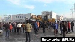 """Трактор """"Баянауыл"""" базарының шеткі жағын қиратып жатыр. Алматы, 9 қаңтар 2015 жыл."""