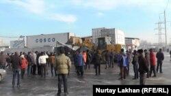 Люди собрались вокруг бульдозера на рынке автозапчастей «Баянаул». Алматы, 9 января 2015 года.